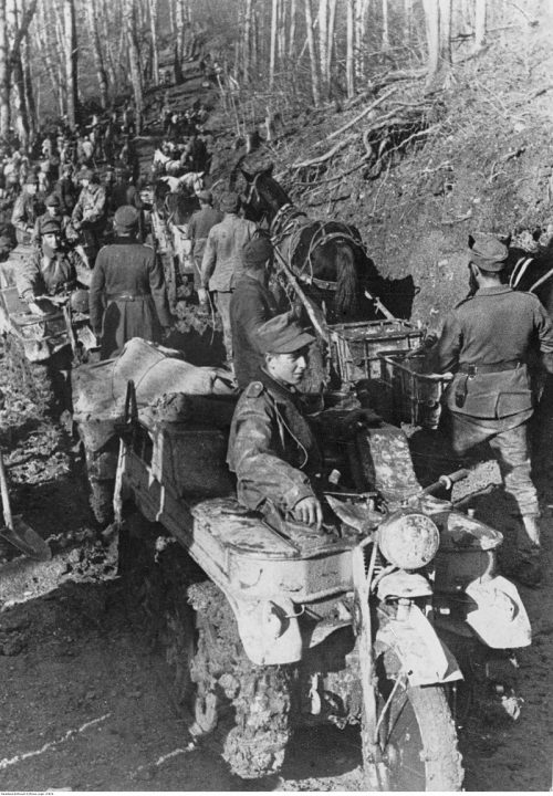 Продвижение немецкой техники в горах.