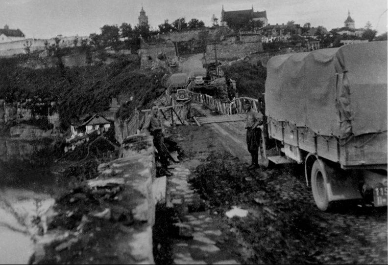 Венгерские солдаты с грузовиком у Турецкого моста. 1941 г.