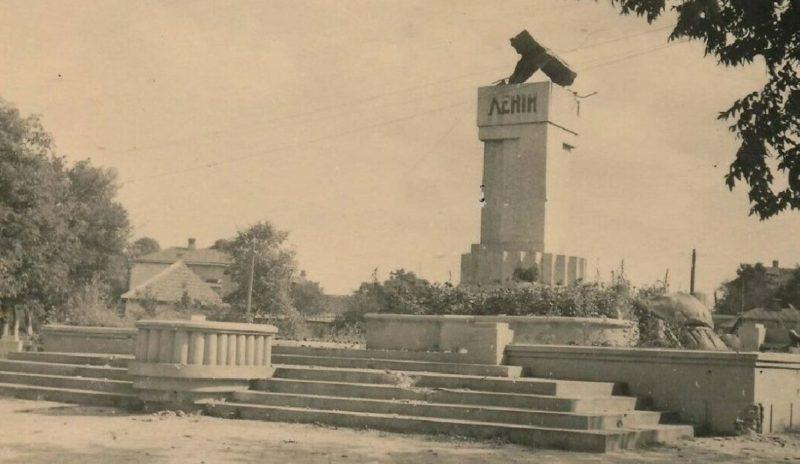 Разрушенный памятник Ленину. Сентябрь 1941 г.