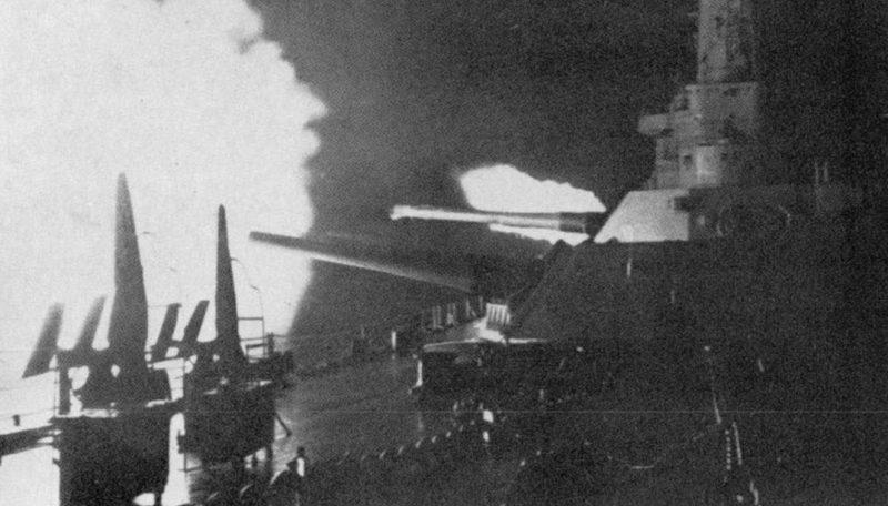 Линкор «Вашингтон» ведёт огонь по линкору «Кирисима».