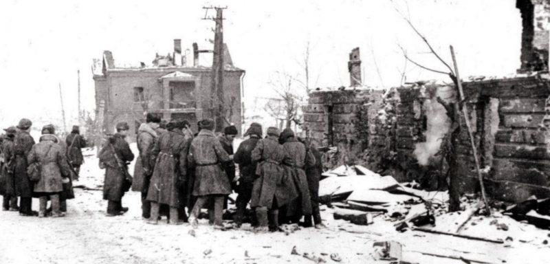 Красноармейцы в освобожденном городе.