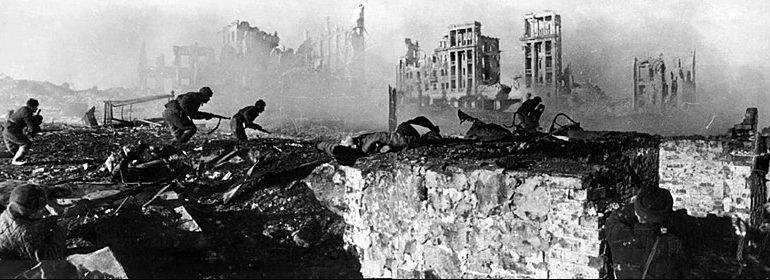 Советские солдаты штурмуют дом в Сталинграде. Февраль 1943 г.