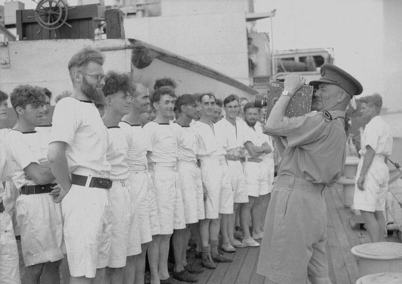 Выжившие моряки с затонувшего авианосца.