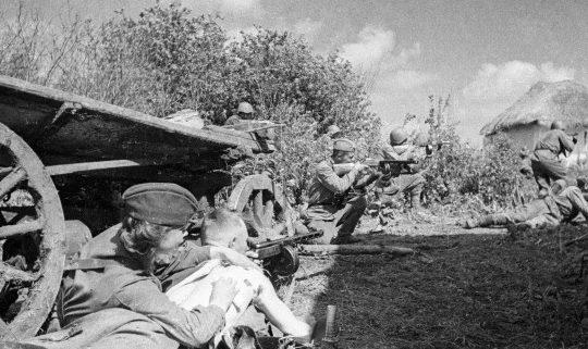 Советские войска в обороне.