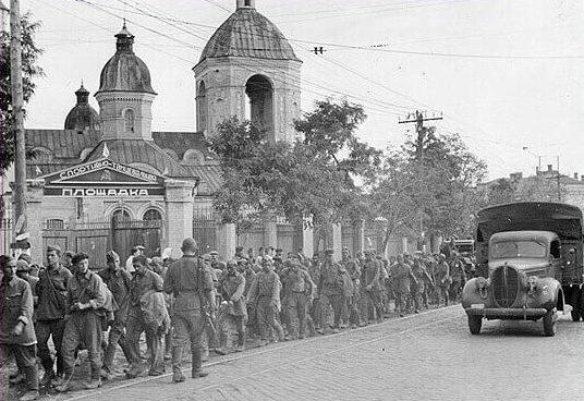 Советские военнопленные на улице Соборной. Сентябрь 1941 г.