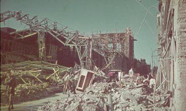 Разрушения в городе после бомбардировок.