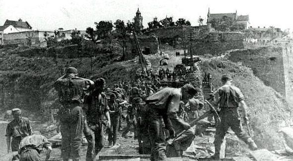Мадьярские саперы восстанавливают Старый мост. Август 1941 г.