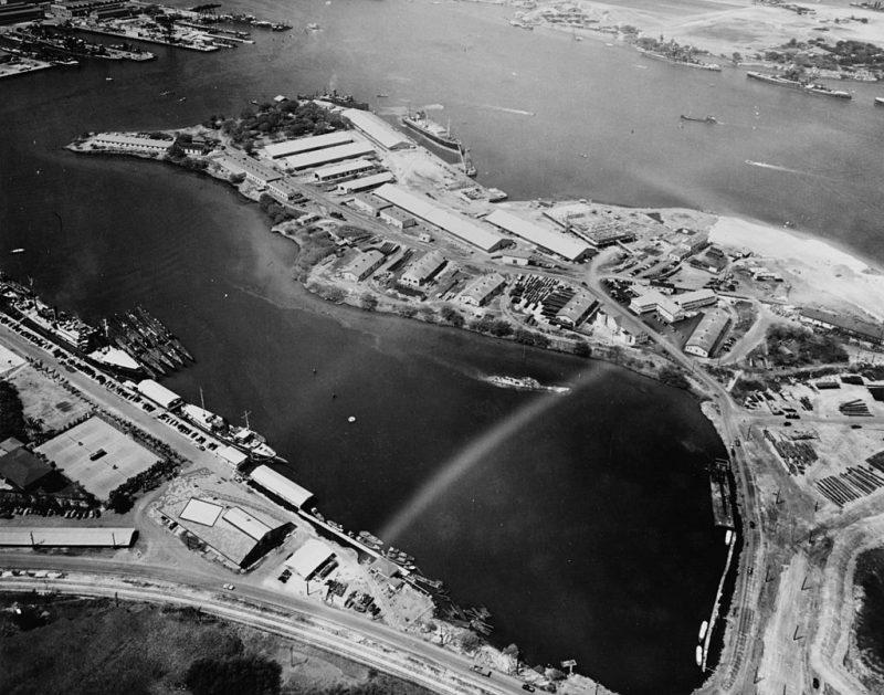 Вид с воздуха на Перл-Харбор. Склады снабжения и подводные лодки. 13 октября 1941 г.