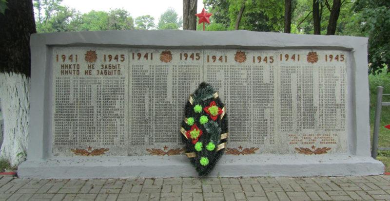с. Боровки Новооскольского р-на. Памятник по улице Николаевской, установленный в честь погибших земляков.