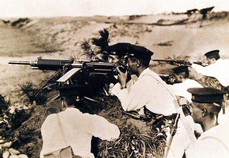 Японские моряки в обороне.