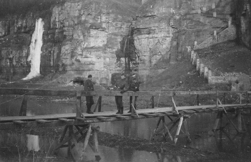 Немецкие солдаты на кладке, ведущей от Новоплановской лестницы в Старый город. 1941 г.