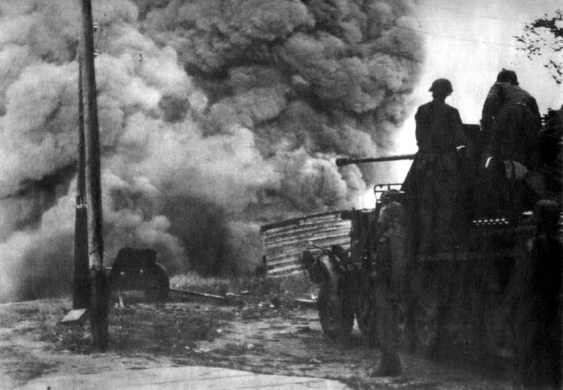 Расчет немецкой 37-мм зенитной пушки дивизии СС Лейбштандарт СС Адольф Гитлер. 18 августа 1941 г.