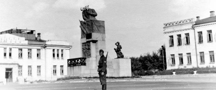 Поврежденный памятник Ленину. 1941 г.