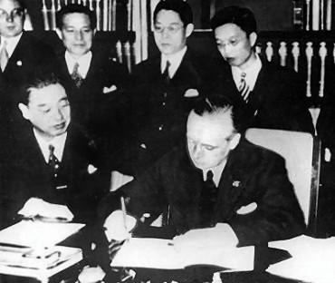 Японский посол в Германии Мусякодзи и министр иностранных дел Германии Риббентроп подписывают «Антикоминтерновский пакт».