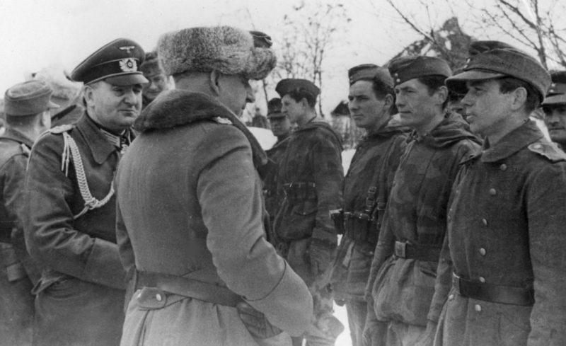 Командующий группы армий «Юг» генерал-фельдмаршал Эрих фон Манштейн с солдатами 8-й армии Вермахта в районе Черкасс. Ноябрь 1943 г.