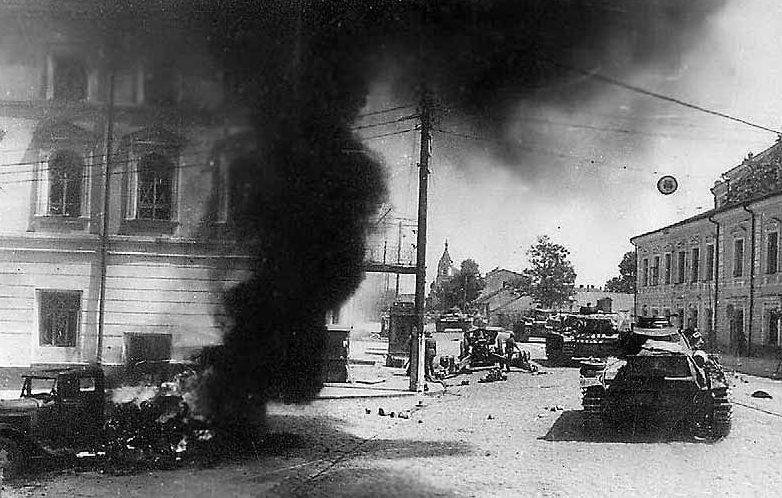 Немецкие войска входят в город. Август 1941 г.