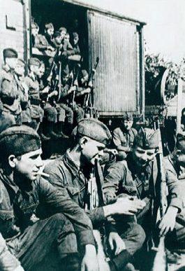 Горожане-добровольцы отправляются на фронт. 1941 г.