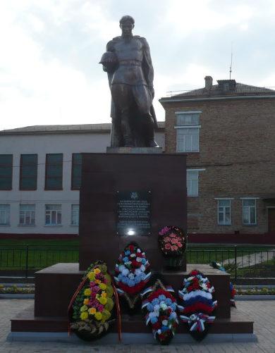 с. Великомихайловка Новооскольского р-на. Памятник на площади Первой Конной Армии, установленный на братская могила, в которой похоронено 137 советских воинов, погибших в 1943 году.
