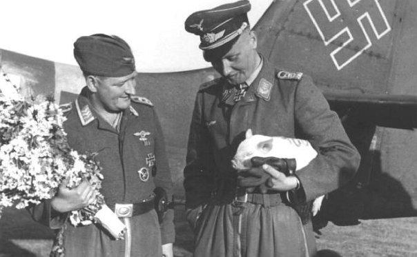 Цветы пилотам от командования и маленькая свинья.