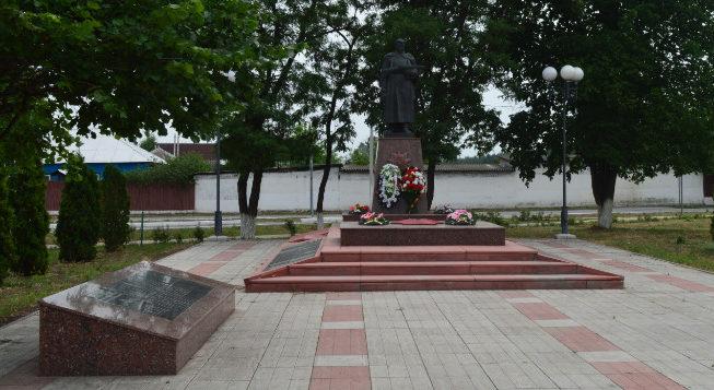 с. Незнамово Старооскольского р-на. Памятник, установленный на братской могиле, в которой похоронено 66 советских воинов, в т.ч. 52 неизвестных, погибших в 1943 году.