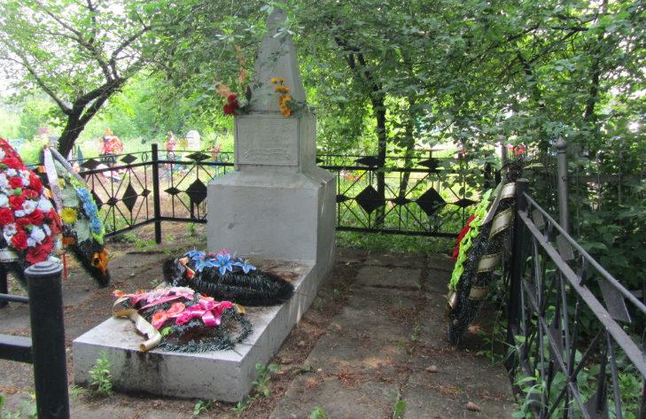 с. Великомихайловка Новооскольского р-на. Памятник воинам-землякам, погибшим в годы войны.