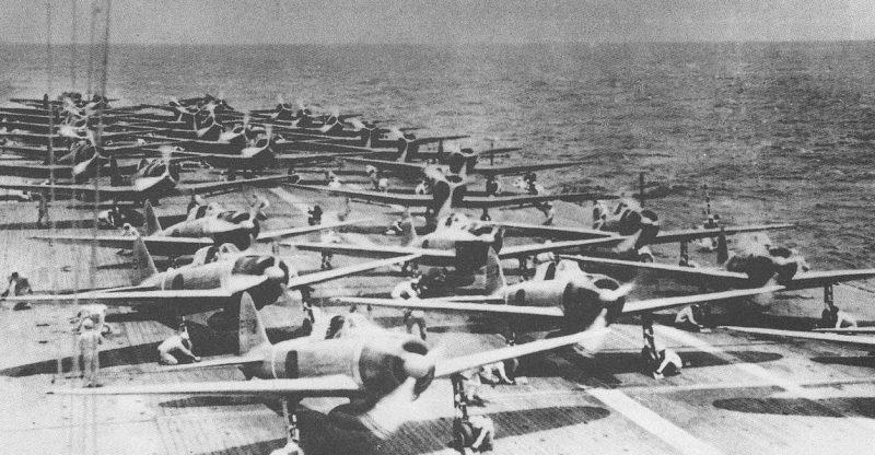Самолеты готовятся к вылету с авианосца «Шокаку» для первой волны ударов.