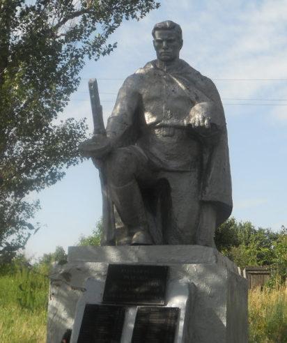 с. Нижне-Чуфичево Старооскольского р-на. Памятник по улице Центральной 4, установленный на братской могиле, в которой похоронено 407 советских воинов, в т.ч. 363 неизвестных, погибших в 1943 году.