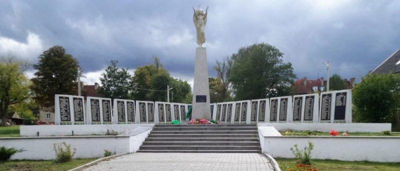 п. Долгоруково Багратионовского городского округа. Мемориал по улице Советской, установленный в 1953 году на братской могиле, в которой похоронено 800 советских воинов, погибших в марте 1945 года.