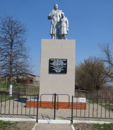 с. Гущенка Новооскольского р-на. Памятник, установленный на братской могиле, в которой похоронено 19 советских воинов, в т.ч. 16 неизвестных, погибших в 1943 году.