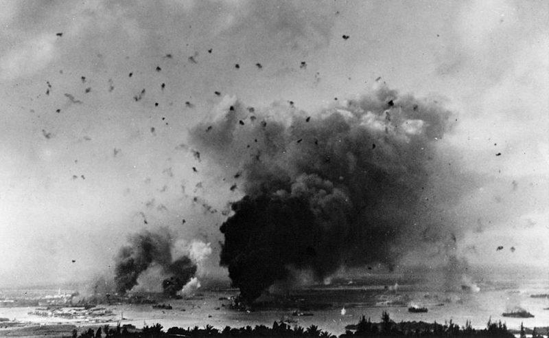Зенитный огонь над военно-морской базой.
