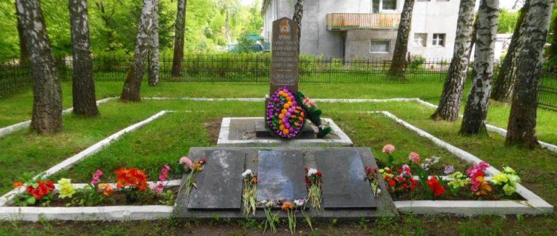 п. Долгоруково Багратионовского городского округа. Памятник по улице Молодежной, установленный в 1952 году на братской могиле, в которой похоронено 100 советских воинов, погибших в марте 1945 года.