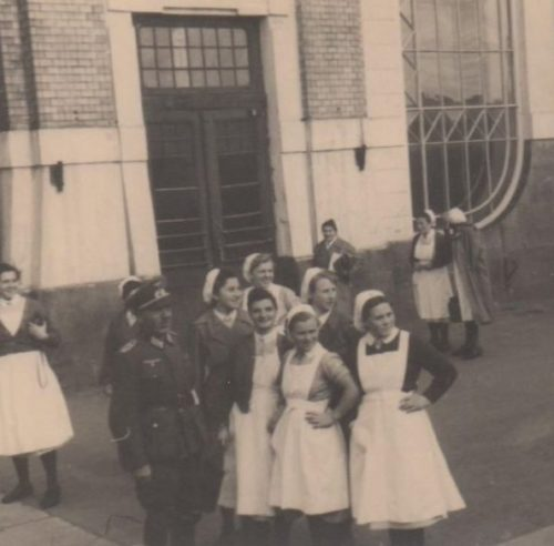 Немецкие медработники у ж/д вокзала. 1942 г.