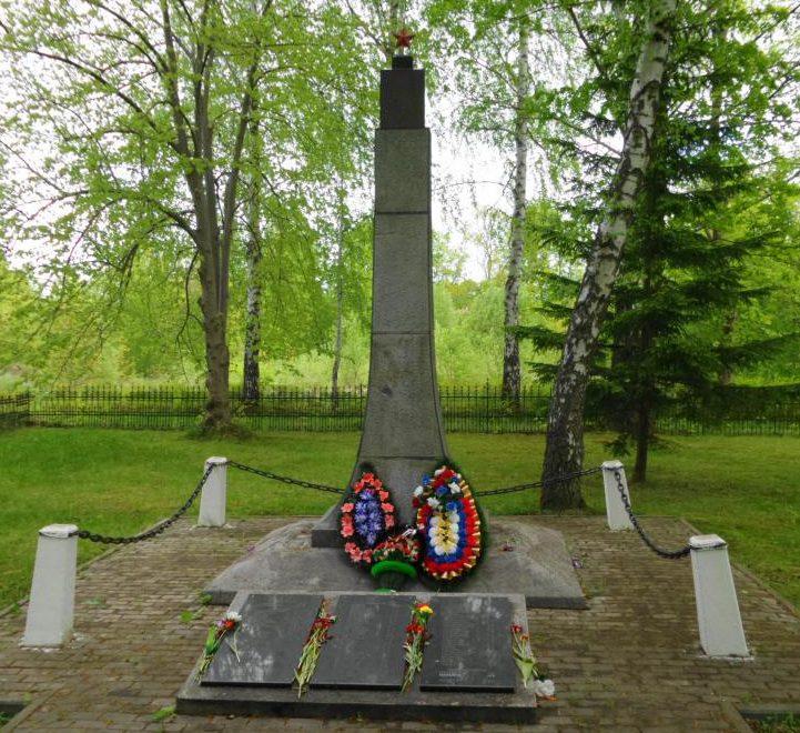 п. Долгоруково Багратионовского городского округа. Памятник по улице Молодежной, установленный в 1953 году на братской могиле, в которой похоронено 100 советских воинов, погибших в марте 1945 года.