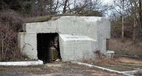 Артиллерийский ДОТ №10 у памятника создателям Инженерной обороны Севастополя для 45-мм орудия 21-К.
