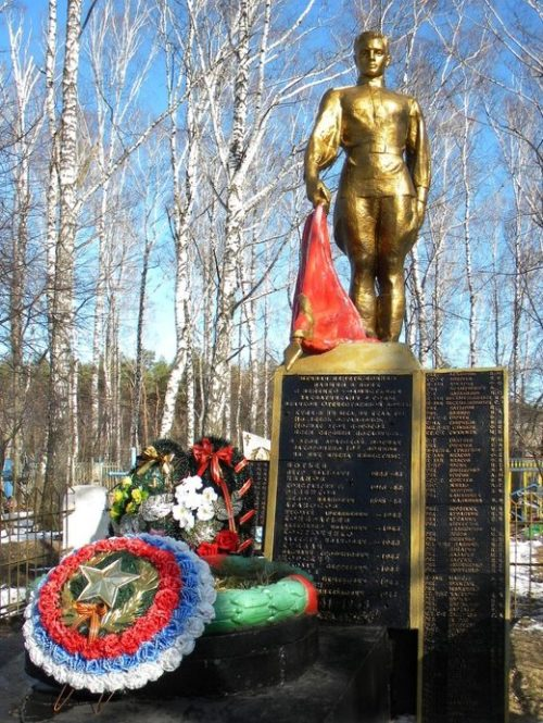 с. Озерки Старооскольского р-на. Памятник, установленный на братской могиле, в которой похоронено 108 советских воинов, в т.ч. 85 неизвестных, погибших в 1943 году.