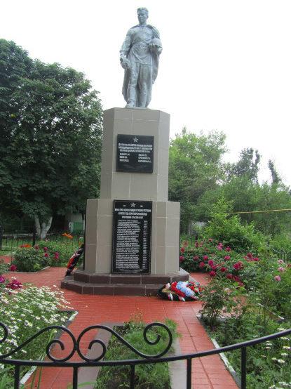 с. Крюк Новооскольского р-на. Памятник, установленный на братской могиле, в которой похоронено 15 советских воинов, в т.ч. 7 неизвестных, погибших в 1943 году.