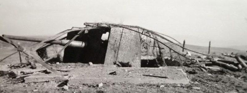 Артиллерийский ДОТ №11 у входа на Мекензиевское кладбище под 100-мм орудие Б-24.