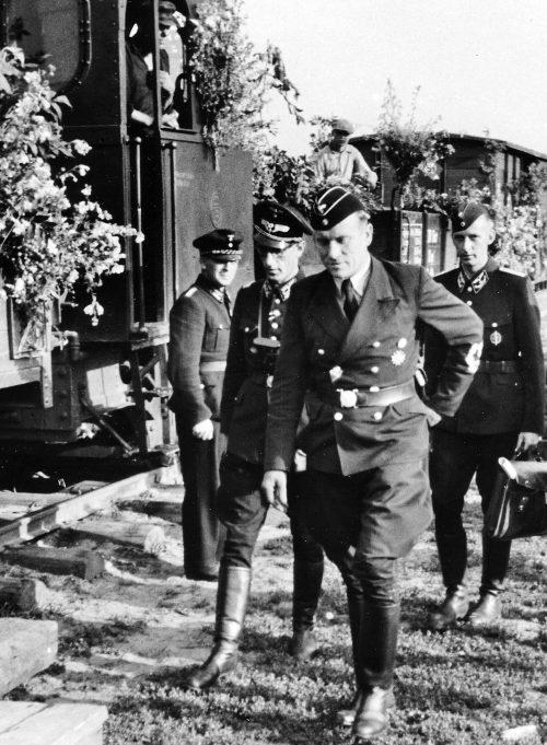 Государственный секретарь от имперского министерства транспорта Альберт Гансенмюллер прибыл на восстановление ж/д моста через Днепр. Август 1941 г.