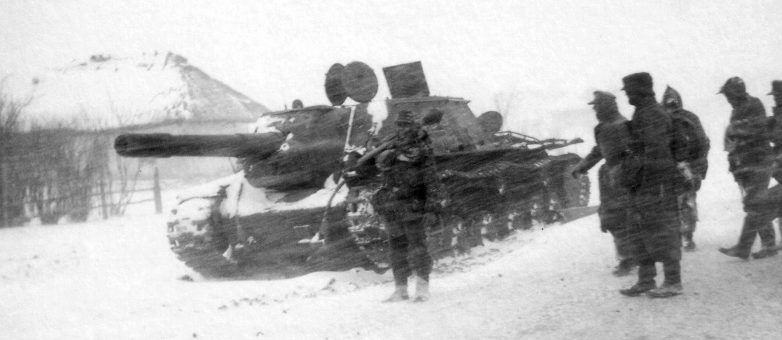 Солдаты вермахта у брошенной советской САУ СУ-152, во время прорыва из окружения под Черкассами. Февраль 1944 г.