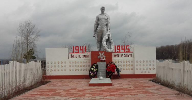 с. Преображенка Старооскольского р-на. Памятник по улице Центральной, установленный на братской могиле, в которой похоронено 3 советских воина.