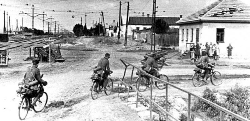 Немецкие войска входят в город. Июль 1942 г.