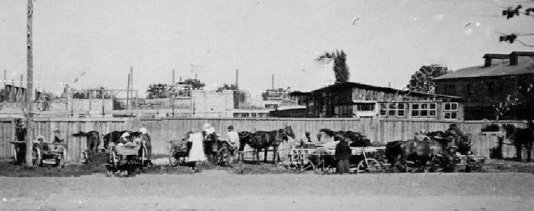 Уличная торговля в городе. 1943 г.