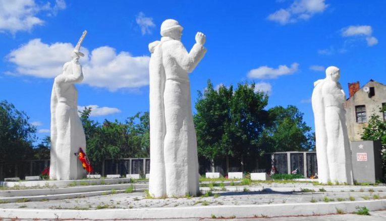 Скульптуры воинов на мемориале.