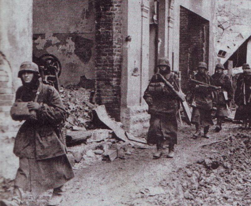 Немецкая пехота во время обороны города. Март 1944 г.