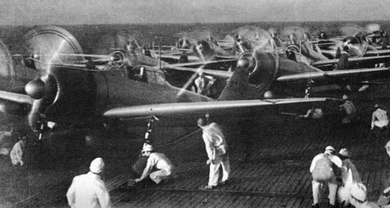 Взлет второй волны с авианосца «Акаги».