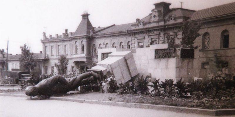 Разрушенный памятник Кирову. Август 1941 г.