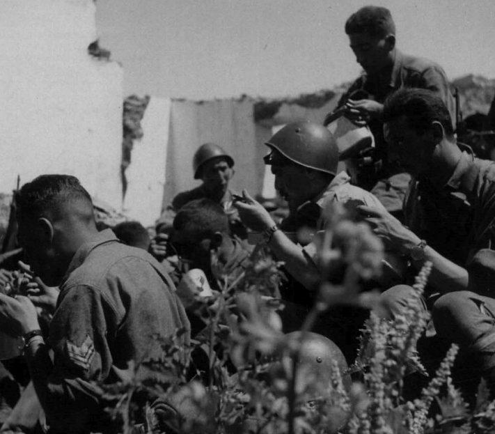 Саперы итальянской армии на привале у Ворошиловграда. Июль 1942 г.
