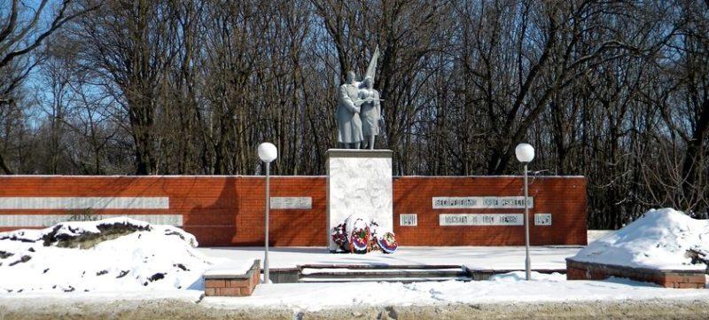 г. Старый Оскол. Памятник по улице Ленина, установленный на братской могиле, в которой похоронен 441 советский воин, в т.ч. 151 неизвестный, погибший в 1943 году.