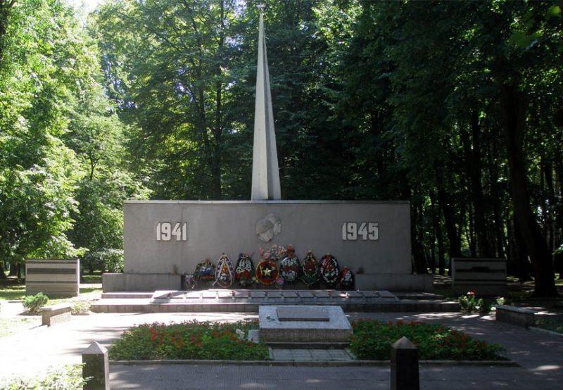 г. Калининград. Мемориал по улице Киевской, установленный в 1952 году на братской могиле, в которой похоронено более 500 советских воинов. Братская могила образовалась в ходе боевых действий. Архитектор - Е.П. Тронин.