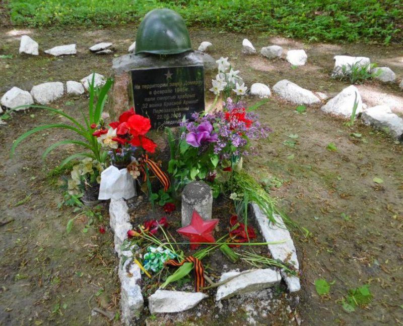 п. Корнево Багратионовского городского округа. Памятный знак на месте захоронения 32 советских воинов, павших в феврале 1945 года юго-восточнее Цинтена в районе лесного замка Дамерау.